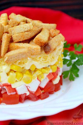 Фото приготовления рецепта: Слоёный салат с крабовыми палочками, помидорами, сыром и кукурузой - шаг №13