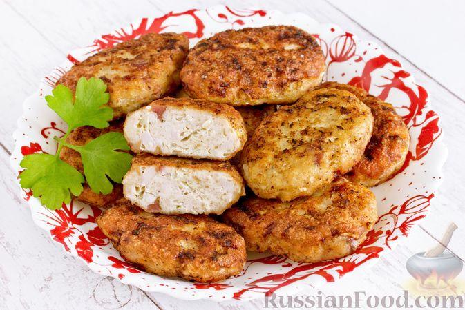 Фото к рецепту: Куриные котлеты с копчёной грудинкой