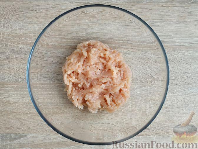 Фото приготовления рецепта: Куриные котлеты с копчёной грудинкой - шаг №2