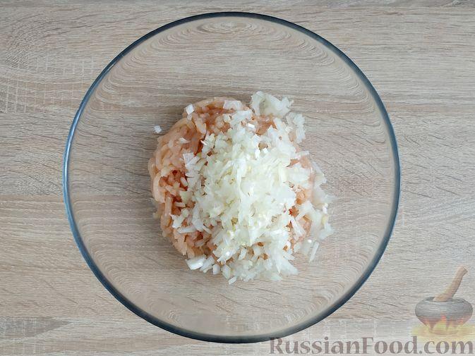 Фото приготовления рецепта: Куриные котлеты с копчёной грудинкой - шаг №4