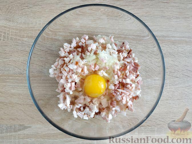 Фото приготовления рецепта: Куриные котлеты с копчёной грудинкой - шаг №7
