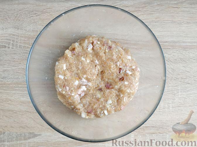 Фото приготовления рецепта: Куриные котлеты с копчёной грудинкой - шаг №9