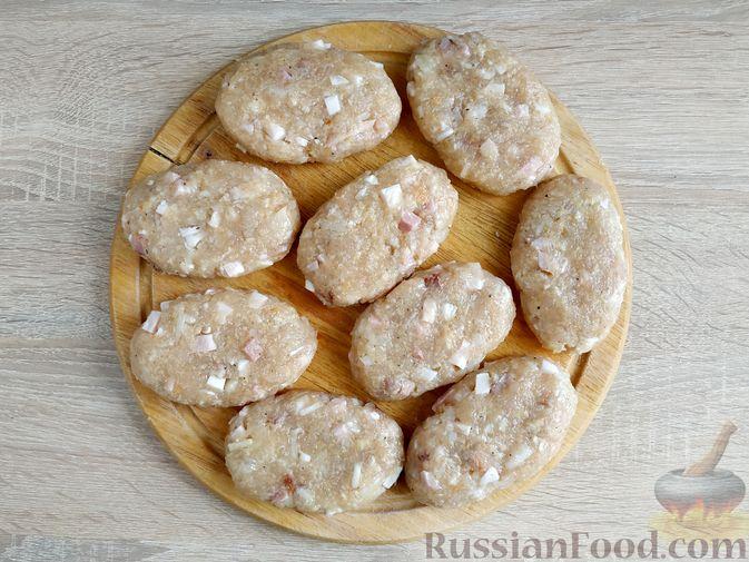 Фото приготовления рецепта: Куриные котлеты с копчёной грудинкой - шаг №10