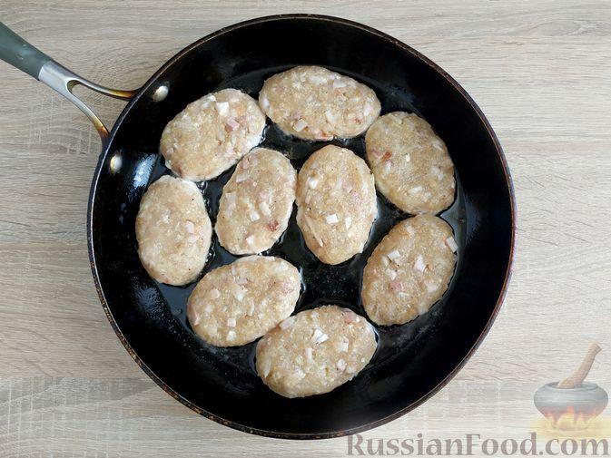 Фото приготовления рецепта: Куриные котлеты с копчёной грудинкой - шаг №11