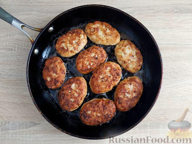 Фото приготовления рецепта: Куриные котлеты с копчёной грудинкой - шаг №12