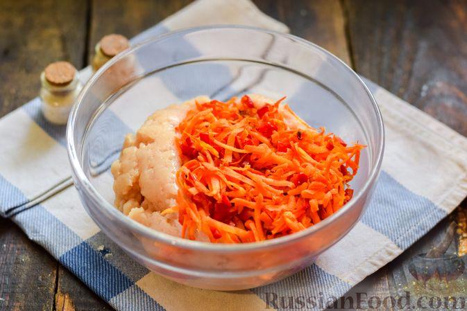 Фото приготовления рецепта: Голубцы с куриным фаршем и сладким перцем, запечённые в томатном соусе - шаг №11