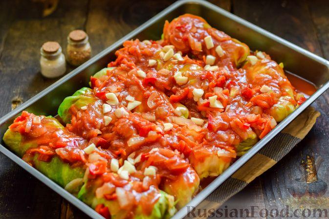 Фото приготовления рецепта: Голубцы с куриным фаршем и сладким перцем, запечённые в томатном соусе - шаг №23