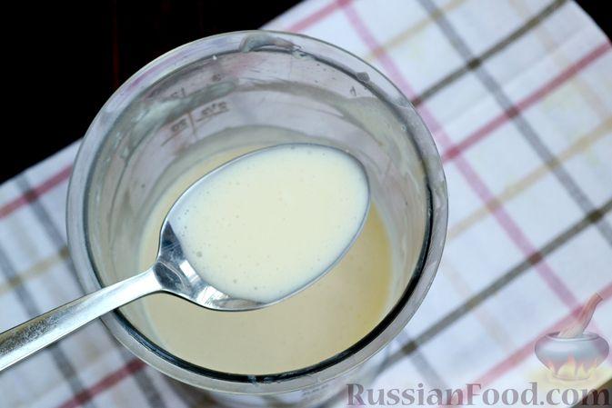 Фото приготовления рецепта: Десерт с печеньем и кремом из сгущённого молока и сливок - шаг №7
