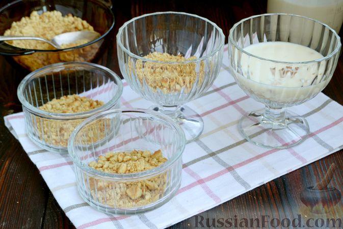Фото приготовления рецепта: Десерт с печеньем и кремом из сгущённого молока и сливок - шаг №8