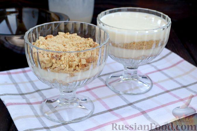Фото приготовления рецепта: Десерт с печеньем и кремом из сгущённого молока и сливок - шаг №10
