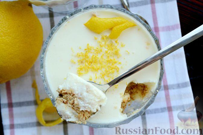 Фото приготовления рецепта: Десерт с печеньем и кремом из сгущённого молока и сливок - шаг №14