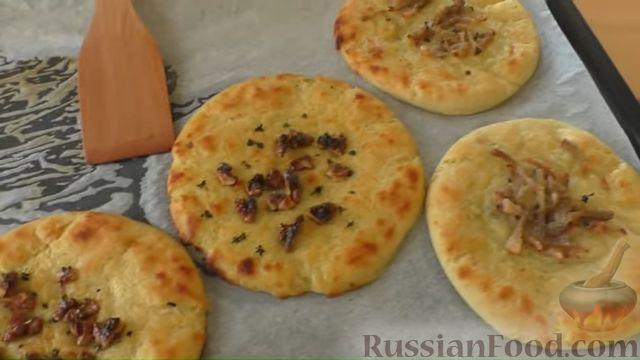 Фото приготовления рецепта: Картофельные лепёшки с грецкими орехами и беконом - шаг №10