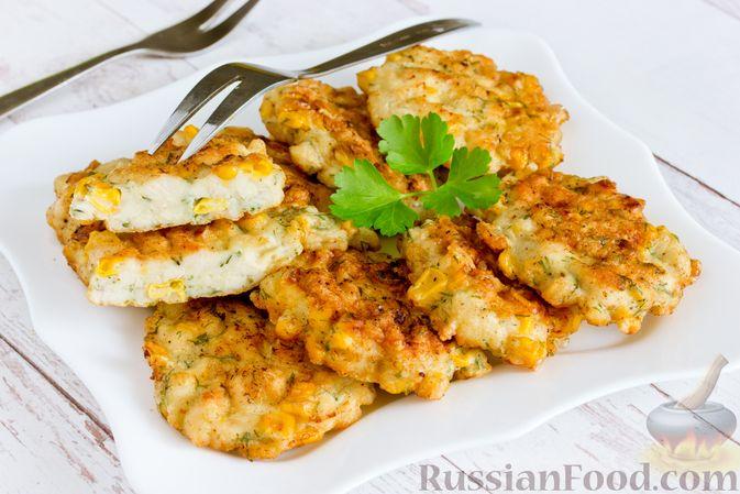 Фото к рецепту: Рубленые куриные котлеты с консервированной кукурузой и зеленью