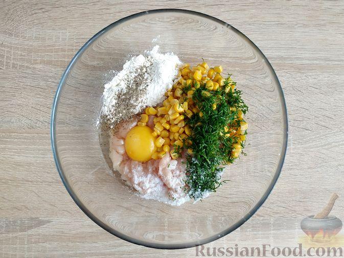 Фото приготовления рецепта: Рубленые куриные котлеты с консервированной кукурузой и зеленью - шаг №4