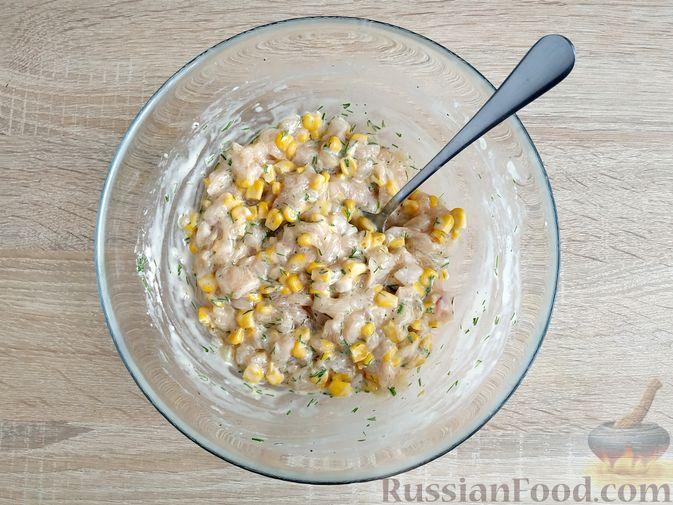 Фото приготовления рецепта: Рубленые куриные котлеты с консервированной кукурузой и зеленью - шаг №5