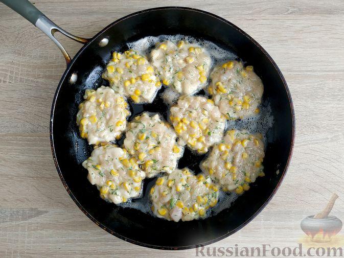 Фото приготовления рецепта: Рубленые куриные котлеты с консервированной кукурузой и зеленью - шаг №6