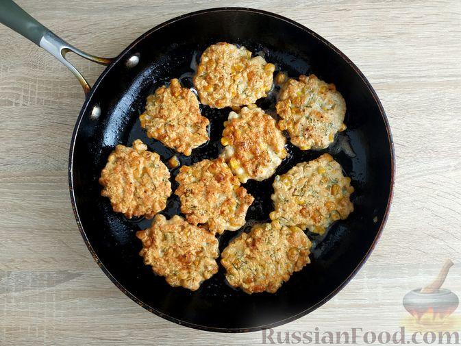Фото приготовления рецепта: Рубленые куриные котлеты с консервированной кукурузой и зеленью - шаг №7