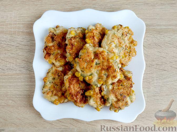 Фото приготовления рецепта: Рубленые куриные котлеты с консервированной кукурузой и зеленью - шаг №8