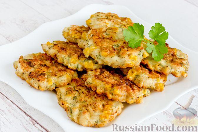 Фото приготовления рецепта: Рубленые куриные котлеты с консервированной кукурузой и зеленью - шаг №9
