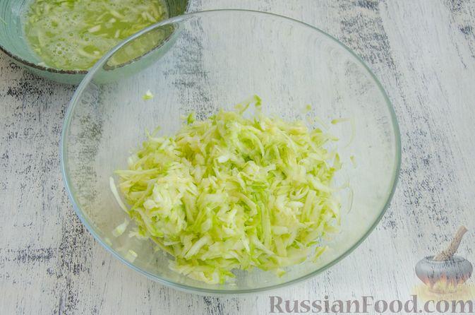 Фото приготовления рецепта: Кабачковые блины с начинкой из мясного фарша и сыра - шаг №2