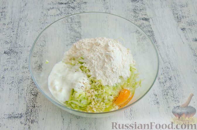 Фото приготовления рецепта: Кабачковые блины с начинкой из мясного фарша и сыра - шаг №3