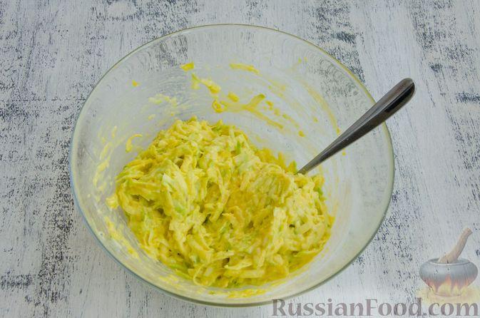 Фото приготовления рецепта: Кабачковые блины с начинкой из мясного фарша и сыра - шаг №4
