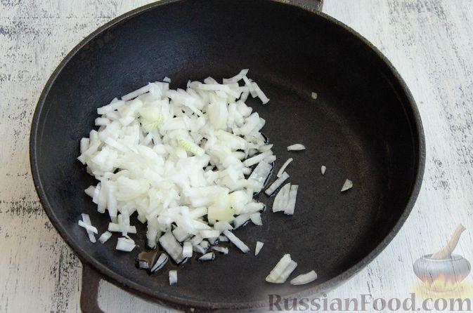 Фото приготовления рецепта: Кабачковые блины с начинкой из мясного фарша и сыра - шаг №5