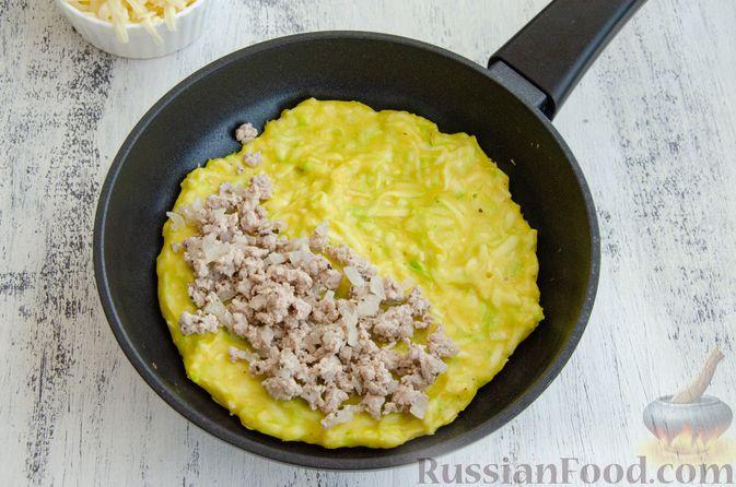 Фото приготовления рецепта: Кабачковые блины с начинкой из мясного фарша и сыра - шаг №9
