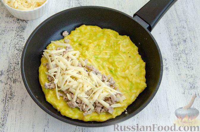 Фото приготовления рецепта: Кабачковые блины с начинкой из мясного фарша и сыра - шаг №10