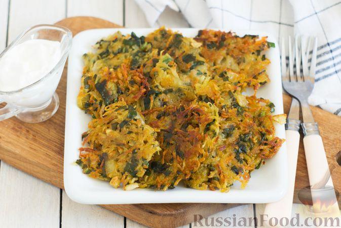 Фото к рецепту: Картофельные драники со шпинатом и морковью