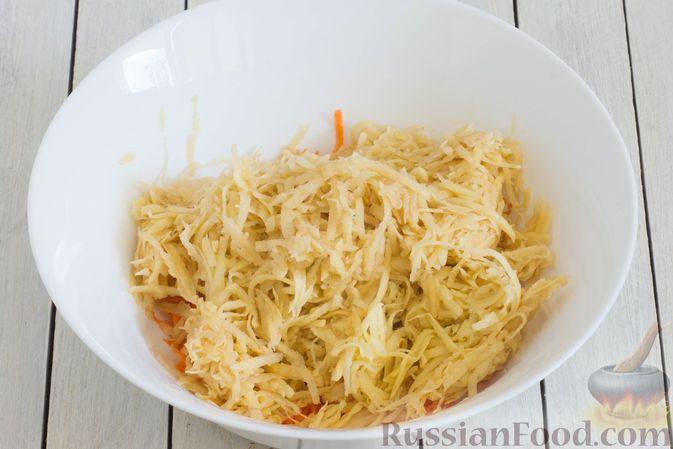 Фото приготовления рецепта: Картофельные драники со шпинатом и морковью - шаг №3