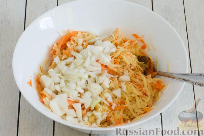 Фото приготовления рецепта: Картофельные драники со шпинатом и морковью - шаг №4