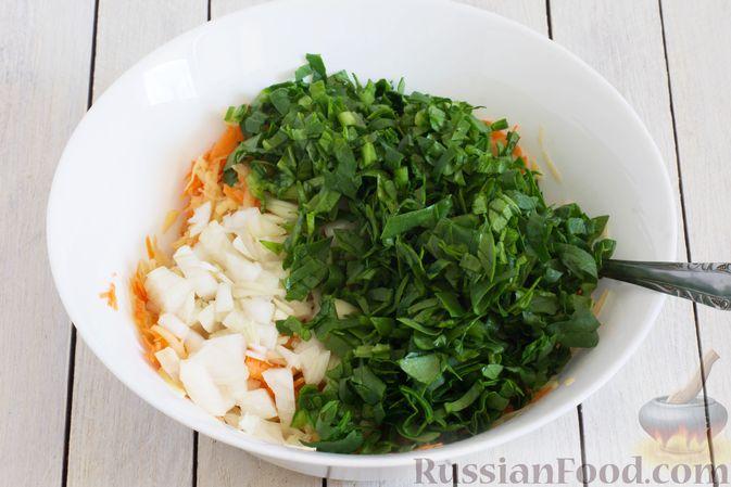 Фото приготовления рецепта: Картофельные драники со шпинатом и морковью - шаг №5