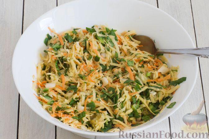 Фото приготовления рецепта: Картофельные драники со шпинатом и морковью - шаг №6