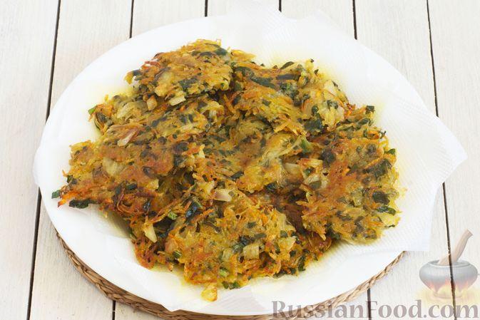 Фото приготовления рецепта: Картофельные драники со шпинатом и морковью - шаг №7