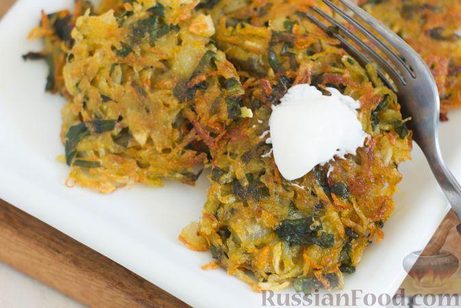 Фото приготовления рецепта: Картофельные драники со шпинатом и морковью - шаг №8