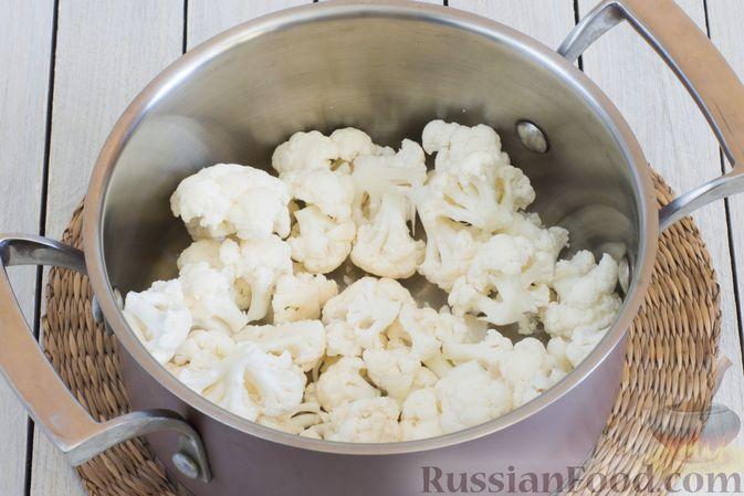 Фото приготовления рецепта: Суп-пюре из цветной капусты, помидоров, сладкого перца и сельдерея - шаг №2