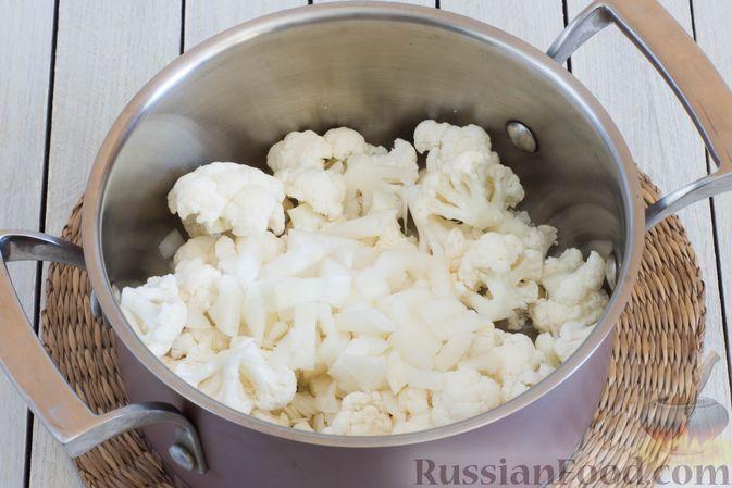 Фото приготовления рецепта: Суп-пюре из цветной капусты, помидоров, сладкого перца и сельдерея - шаг №3