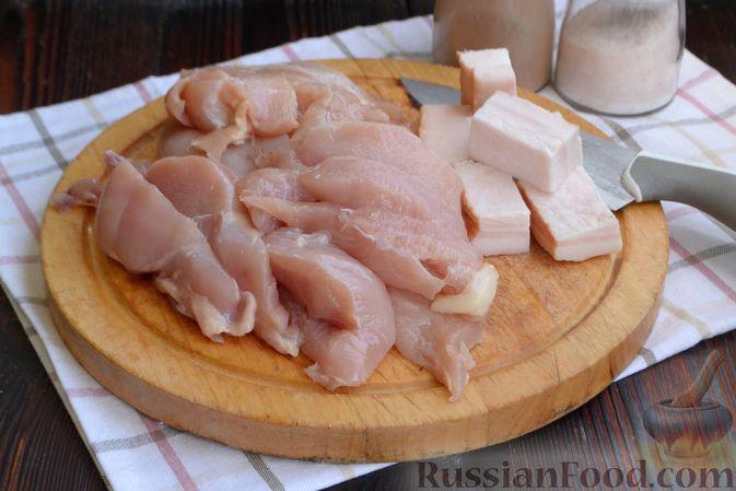 Фото приготовления рецепта: Куриные котлеты с салом и майонезом - шаг №2