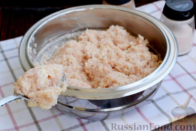Фото приготовления рецепта: Куриные котлеты с салом и майонезом - шаг №5