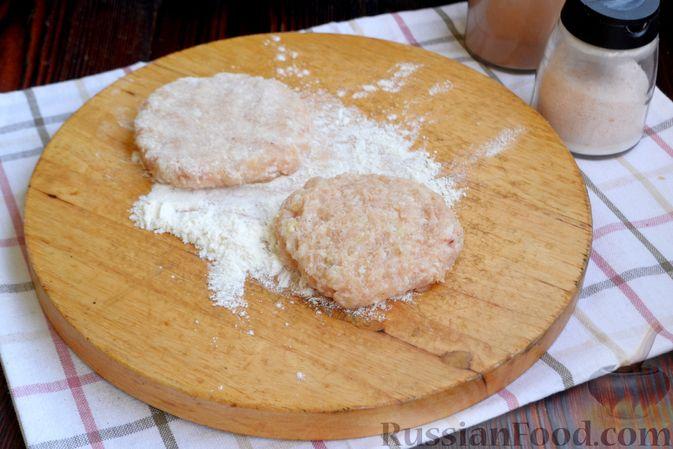Фото приготовления рецепта: Куриные котлеты с салом и майонезом - шаг №6