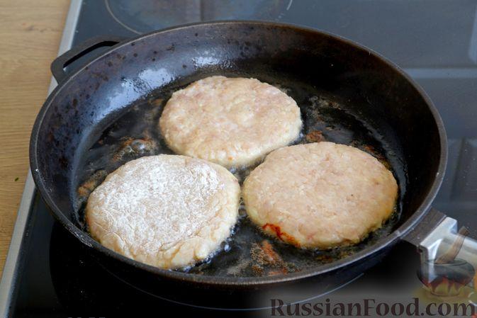 Фото приготовления рецепта: Куриные котлеты с салом и майонезом - шаг №7