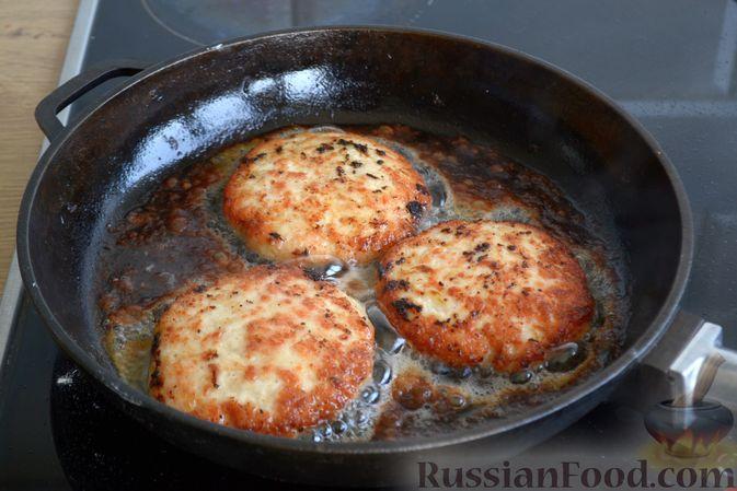 Фото приготовления рецепта: Куриные котлеты с салом и майонезом - шаг №8
