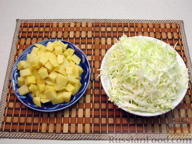 Фото приготовления рецепта: Картофель, жаренный с капустой и беконом - шаг №3