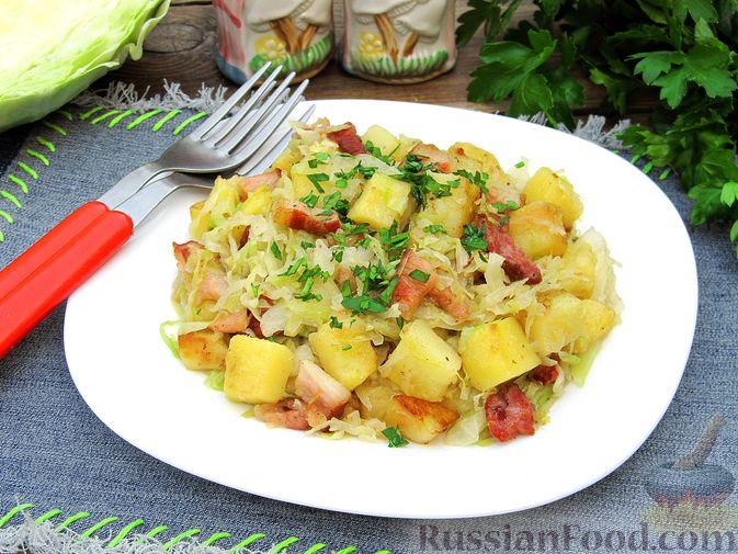 Фото к рецепту: Картофель, жаренный с капустой и беконом