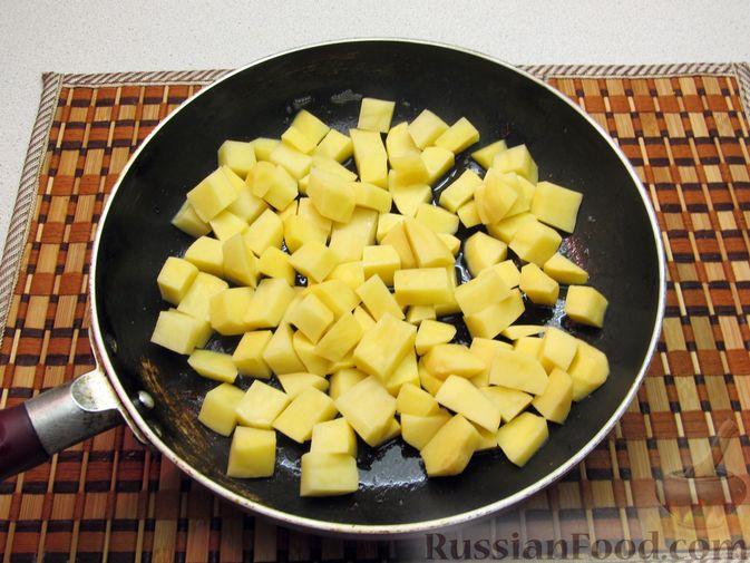 Фото приготовления рецепта: Картофель, жаренный с капустой и беконом - шаг №5
