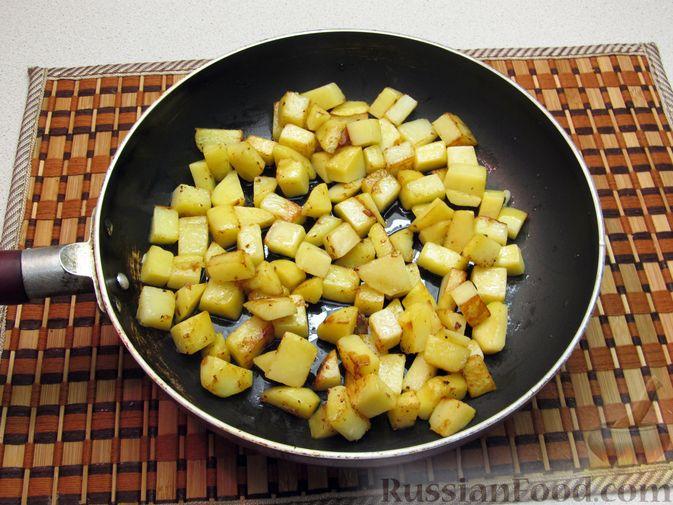 Фото приготовления рецепта: Картофель, жаренный с капустой и беконом - шаг №6
