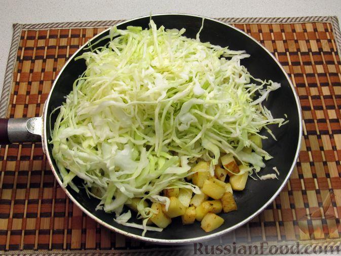 Фото приготовления рецепта: Картофель, жаренный с капустой и беконом - шаг №7