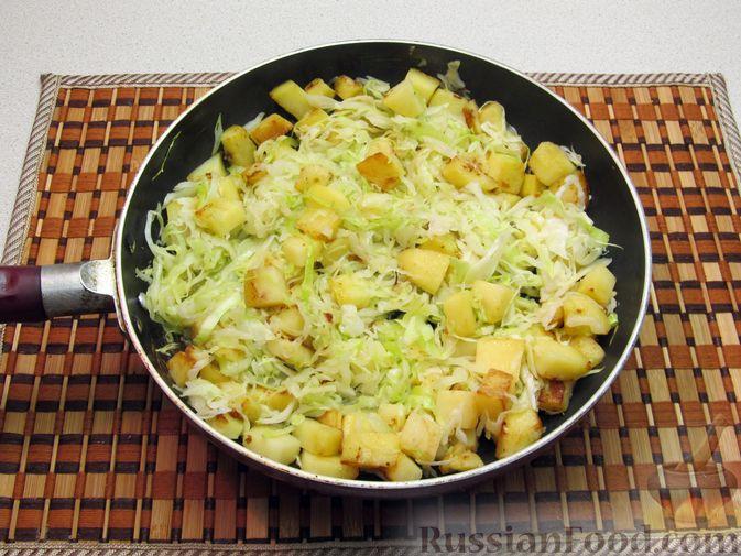 Фото приготовления рецепта: Картофель, жаренный с капустой и беконом - шаг №8