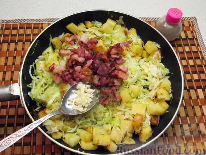 Фото приготовления рецепта: Картофель, жаренный с капустой и беконом - шаг №9